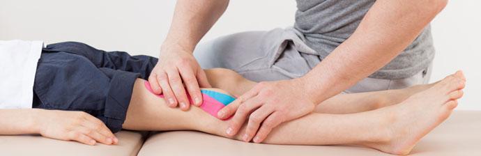 Fisioterapeuta Fazendo Tratamento na Perna da Criança