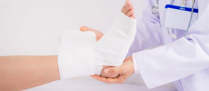 Fisioterapeuta Tratando Fratura no Tornozelo