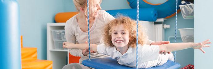 Criança fazendo exercício para a reabilitação vestibular