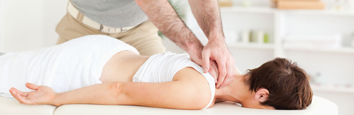 Fisioterapeuta massageando nuca da paciente