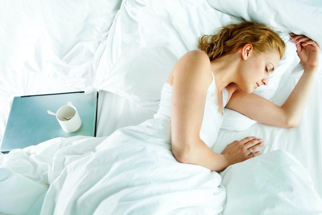 mulher-dormindo-bem-
