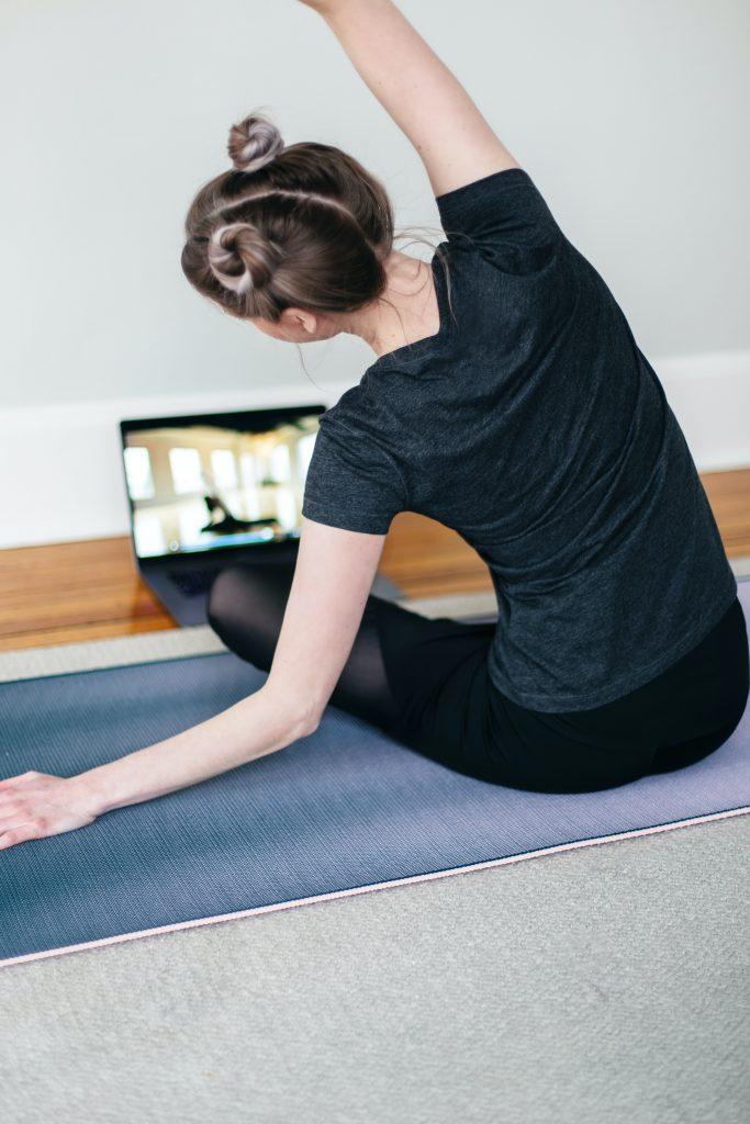 yoga-em-casa-scaled.jpg